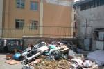 Rifiuti e marciapiedi rotti a due passi dalla scuola, disagi nel quartiere Boccadifalco: la segnalazione di un lettore