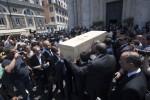 Il mondo della moda si stringe attorno a Carla Fendi: le foto del funerale a Roma