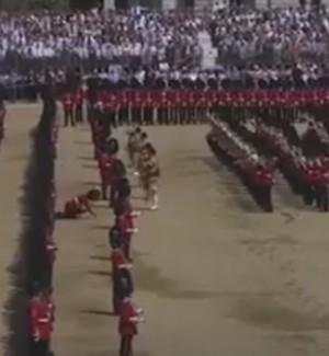 Sviene durante la parata, vita dura per la guardia della regina Elisabetta: il video