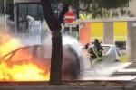 A fuoco un'auto Gpl in pieno centro, paura in via De Gasperi a Palermo: le foto
