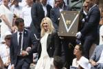 Sport e fascino al Roland Garros, Nicole Kidman svela il trofeo alla finale
