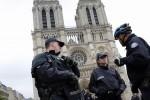 """L'attacco sugli Champs-Elysées, il terrorista armato come """"Rambo"""": è bufera in Francia"""