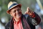 """Auguri a Renzo Arbore, 80 anni a ritmo di swing: """"La musica mi mantiene giovane"""""""