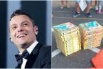 Tiziano Ferro compra pizze per i fan in coda dalle 4 del mattino