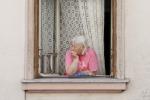Anziani e soli, la categoria più a rischio con le ondate di calore