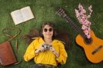 Chitarra, prato, borsa in cuio stile hippy foto bowie15 iStock.