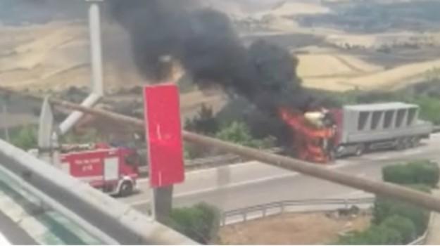autostrada a19, camion in fiamme, Enna, Cronaca