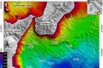 Mappa batimetrica dell'area oggetto di studio e posizioni degli 8 Ocean Bottom Seismometers and Hydrophones (OBS/H), dei 2 moduli geochimici multiparametrici (GeoC) e delle carote prelevate a fondo mare