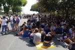 Via Lincolin invasa dai ragazzi pronti per il concerto di Radio Italia
