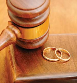 Scopre di non essere il padre dei suoi figli, ma per i giudici deve continuare a mantenerli