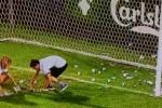 """La scritta """"Dollarumma"""" e i soldi finti sul campo: così i tifosi contestano Donnarumma - Foto"""
