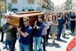 Palermo, centinaia di persone ai funerali di Dario: caccia ai testimoni