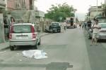 Perde il controllo della moto e si schianta su 3 auto: muore un giovane a Barcellona