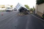 Palermo-Agrigento, furgone fuori strada: un morto e un ferito