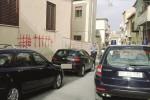 Nissoria, cinque croci con la vernice: avvertimento ad un disoccupato