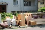 Affitta casa ma proprietario ci ripensa: i mobili in strada