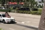 Una ragazza va in giro sul confano di un'auto, fermata dalla polizia