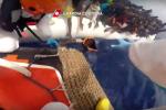 """""""C'è il bambino, sta per cadere"""", le immagini del salvataggio nel Mediterraneo - Video"""