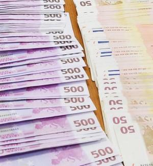 Negozianti pagati con banconote false a Barcellona, è caccia ai truffatori