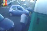 Spedizione punitiva in un parcheggio a Catania, le immagini dell'aggressione a colpi di bastone - Video