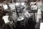 Terremoto nel mar Egeo, il momento della scossa: turisti scappano da un bar a Bodrum - Video