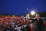 """Erdogan in piazza a un anno dal golpe: """"Taglieremo teste ai golpisti"""""""