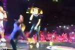 Radio Italia, Morandi canta con Rovazzi... ma cade dal palco: il video