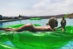 Compleanno hot per Jessica Simpson, la cantante posa in piscina... nuda