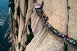 In fila su pedane a 2 mila metri di altezza: in Cina il sentiero più pericoloso del mondo