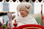 La regina Elisabetta è stanca, una mano finta la aiuta a salutare?