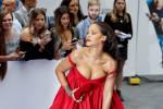 Rihanna, incontenibile décolleté alla prima del suo nuovo film