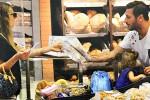 Francesco Totti in vacanza fa la spesa, le foto al supermercato con moglie e figlia