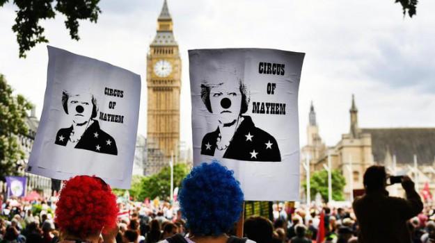 proteste londra, Theresa May, Sicilia, Mondo