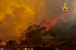 Il cielo rosso sopra Messina: le immagini della città che brucia - Foto