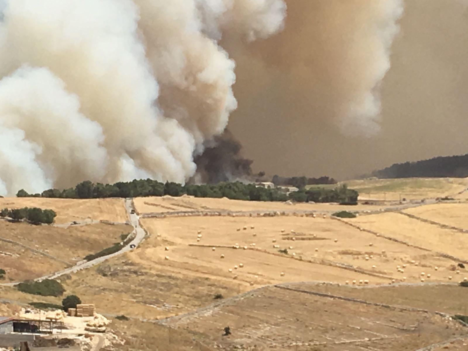 Lavoro A Chiaramonte Gulfi domato l'incendio di chiaramonte, si contano i danni: in
