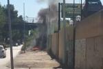 Rogo sulla strada che costeggia la Palermo-Catania, a fuoco rifiuti e sterpaglie - Video