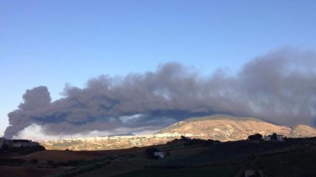 Incendio e paura ad Alcamo, Trapani, Cronaca