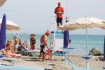 In spiaggia a Marsala con bagnini e defibrillatori