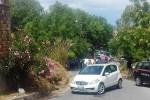 Cinquanta migranti trasferiti in un albergo inagibile del Messinese: barricate di sindaco e cittadini