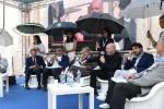 Donne tengono gli ombrelli per riparare i relatori: è bufera sul convegno