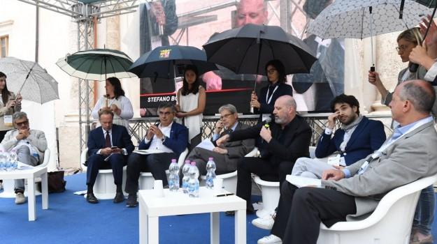 donne con ombrelli, Sicilia, Società