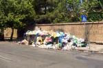 Rifiuti per strada e residenti che diventano spazzini: le immagini da via dei Cantieri