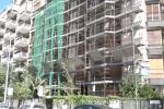 Cade da una impalcatura, grave un operaio a Palermo - Video