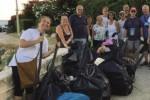 Volontari puliscono la costa siracusana di Fontane Bianche