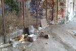 Rifiuti abbandonati, erbacce e scritte sui muri: degrado in via Bernini a Catania