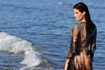 Isabeli Fontana in posa tra le onde: la modella di origini italiane seduce così Venezia