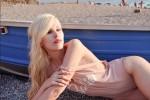 Barbie rivista in chiave glamour: modella internazionale in posa sulla spiaggia di Milazzo