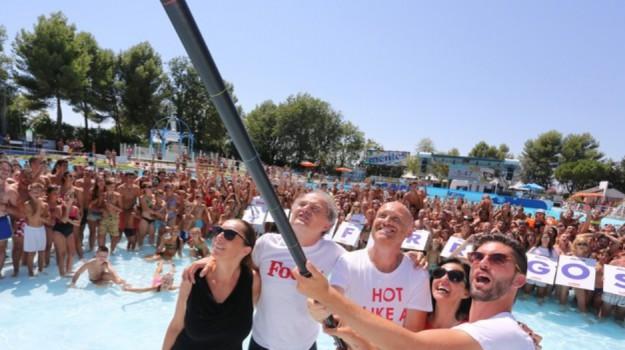 riccione, Selfie in acqua più grande del mondo, Sicilia, Società