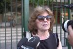 """Assunta a 70 anni, l'insegnante firma il contratto: """"Non ho mai smesso di crederci"""" - Video"""