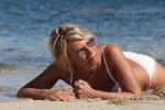 Incantevole Maria De Filippi: in Sardegna con un bikini bianco da urlo - Foto